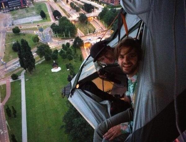 Waaghalzen overnachten in tent hangend aan Euromast