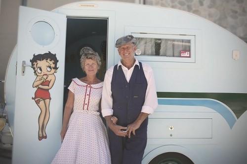 Retro caravans in konvooi naar Australische hoofdstad